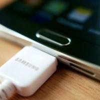 با این ترفند گوشی در حال شارژِ خود را به چراغ شب تبدیل کنید!