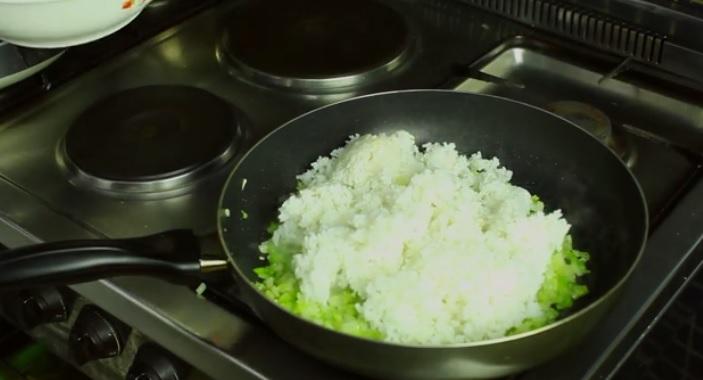 اضافه کردن برنج پخته شده